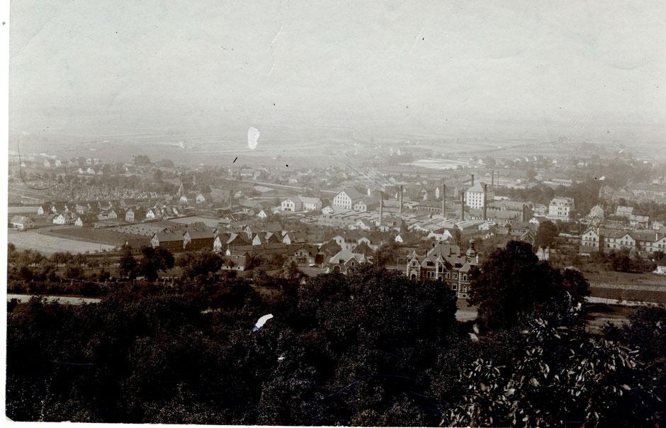 Blick vom Berg auf die Firma, etwa 1902 (das Verwaltungsgebäude steht noch nicht) [11]