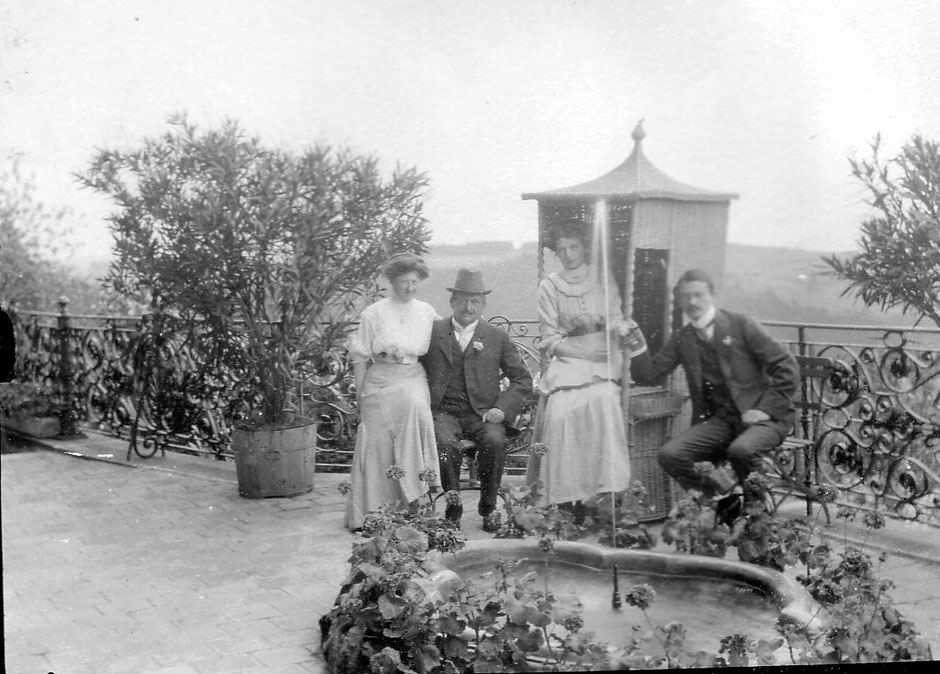 1910 Terrassse (von li: Erny, Georg I, Ese, Oskar)