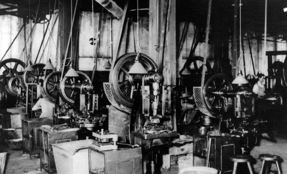 Arbeitshalle mit Exzenterpressen 1954 angetrieben über Transmissionriemen.
