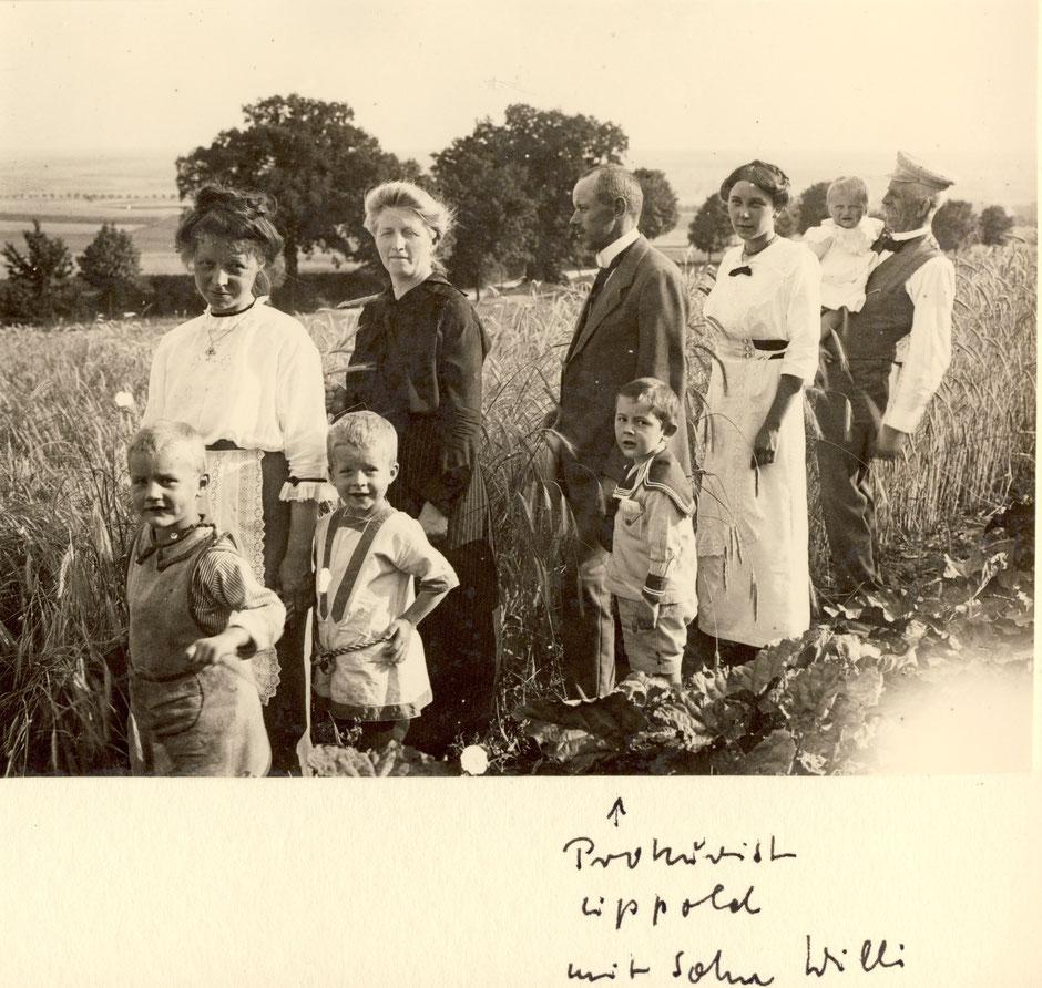 ca 1917 Beschriftung Werner Baumann - von links: ?, Erna Bock, Werner, Maria Koye (Mutter von Elsa - Frau von Oskar), Prokurist Lippold mit Sohn Willi, ?, Elisabeth, Otto Koye (Vater von Elsa)