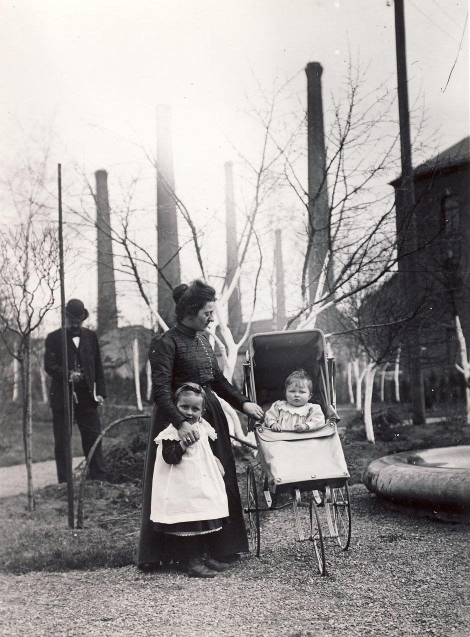 Babette mit Kinder (Vermutlich Else(6) und Brunhilde(3)) in der Villa von Christian vor dem Fabrikgelände ca.1905