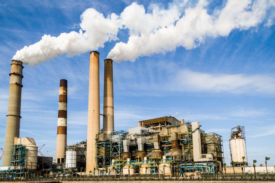 Rauchende Fabrik-Schornsteine