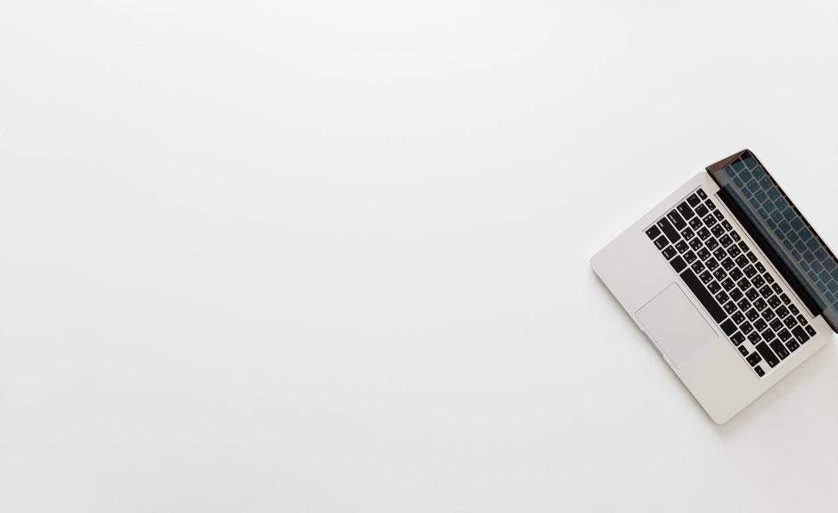 Laptop vor weißem Hintergrund