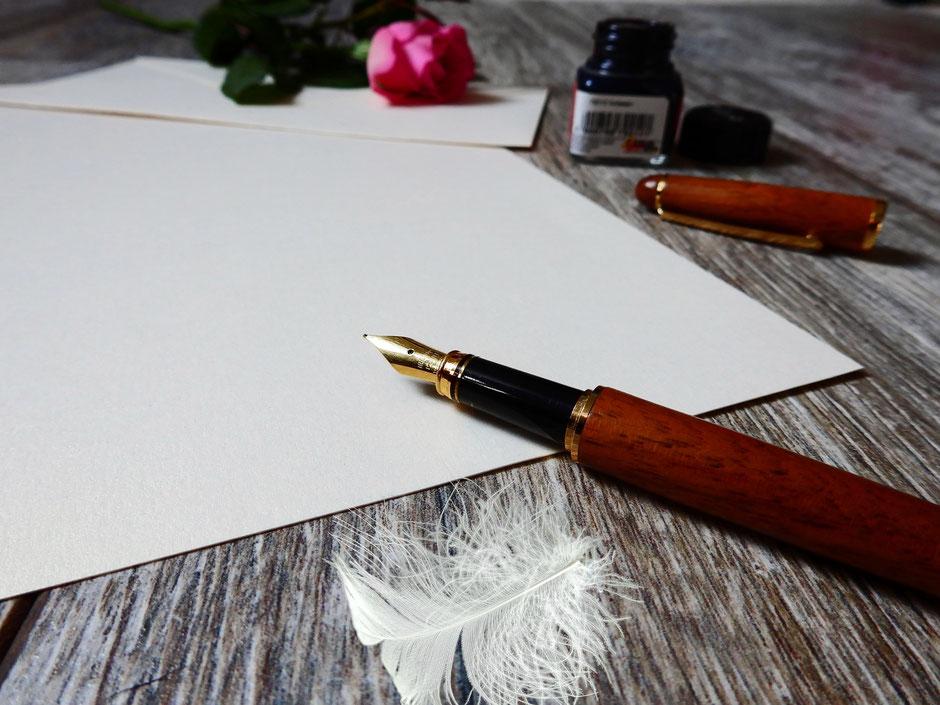 Füllfeder und leeres Blatt Papier
