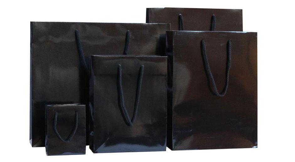 Papiertragetaschen schwarz exklusiv mit hochglanz Laminierung und Kordel in Taschenfarbe in fünf Größen erhältlich von mini klein bis maxi Groß