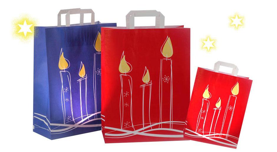 Papiertragetaschen Weihnachten Weihnachtstüten Weihnachtstaschen Kerzen in rot oder blau günstig kaufen. Diese Weihnachtstasche ist in zwei praktischen Größen 20 x 10 x 28 cm und 32 x 14 x 42 cm erhältlich