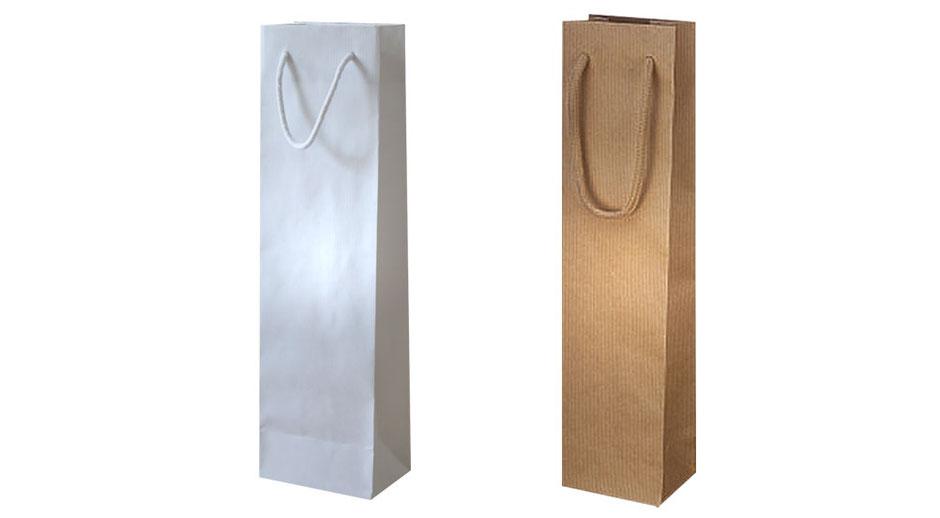 Flaschentaschen braun in der Größe 9 x 7 x 36 mit brauner Kordel aus Baumwolle und Flaschentaschen aus Papier in weiß Format 12 x 9 x 40 cm mit Kordel in weiß als Durchzugskordel