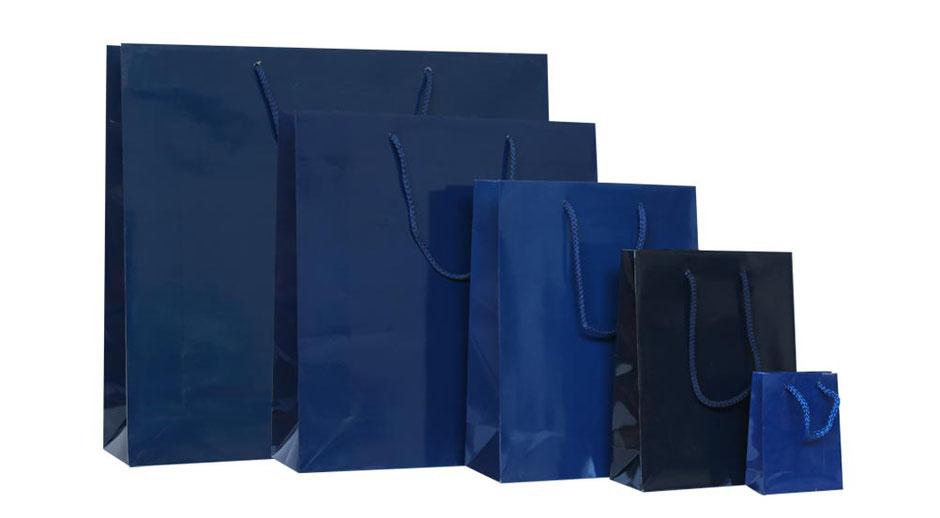 Papiertragetaschen exklusiv in dunkel blau hochglanz mit Kordel und Kartonverstärkung im Umschlag und am Taschenboden