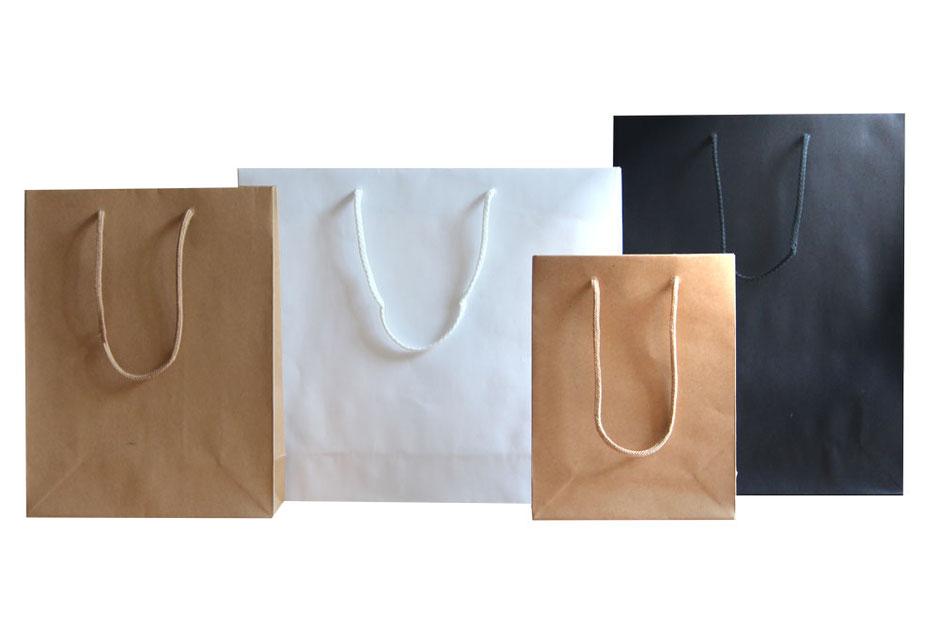 Papiertragetaschen Style aus Kraftpapier braun - schwarz und weiß in einer Stärke von 180 g/qm mit geknoteter Kordel aus Baumwolle