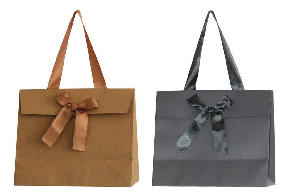Geschenktaschen mit Umschlag aufgeklebter Schleife und Satinband als Griff im Format 24 x 11 x 20 cm elegante Geschenktasche mit Verschluss