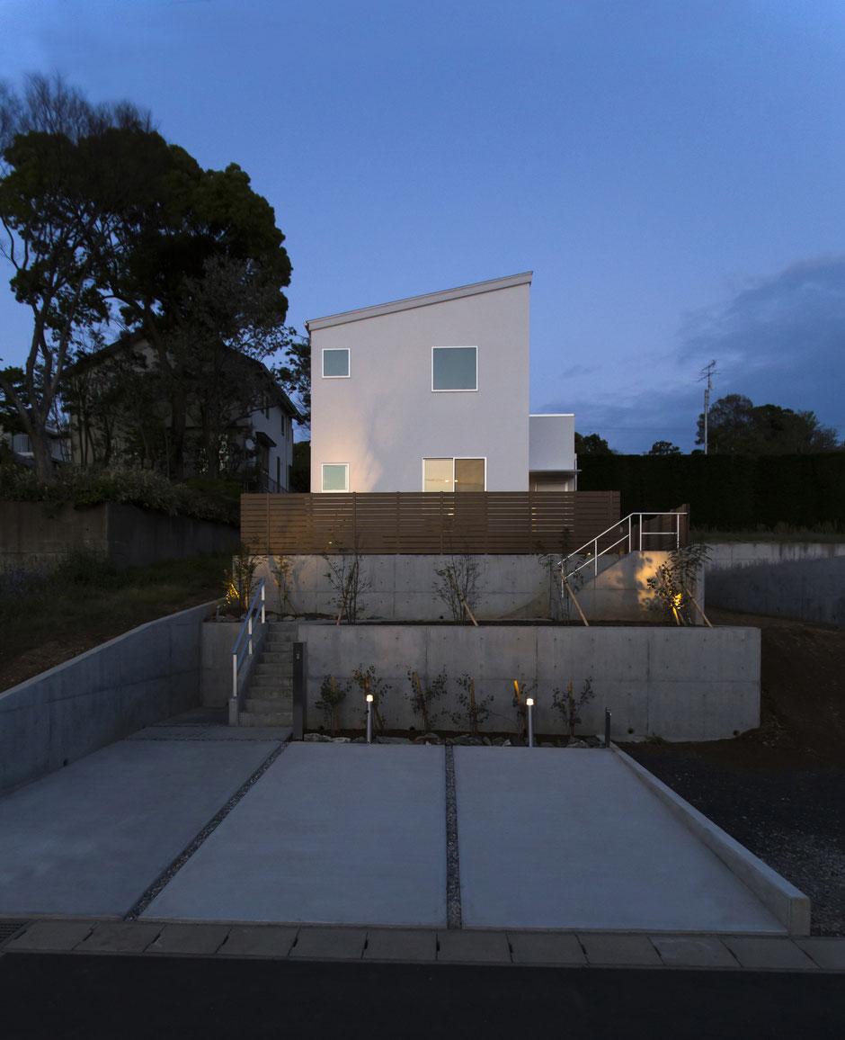 夜のハコイエの外観の画像