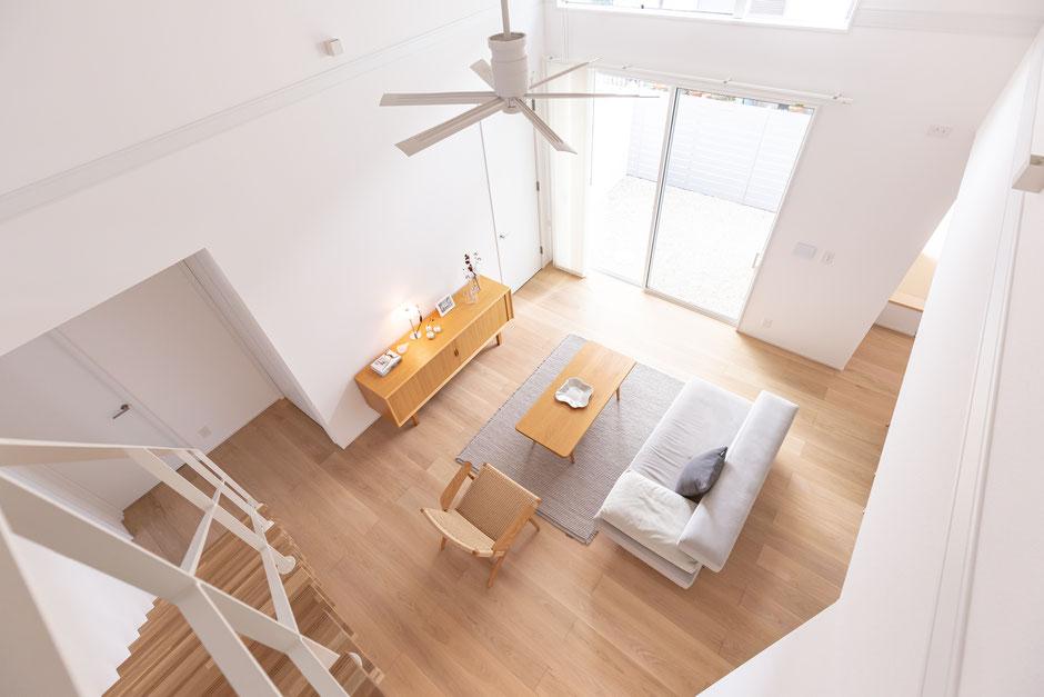 北欧家具で整えたリビングの画像