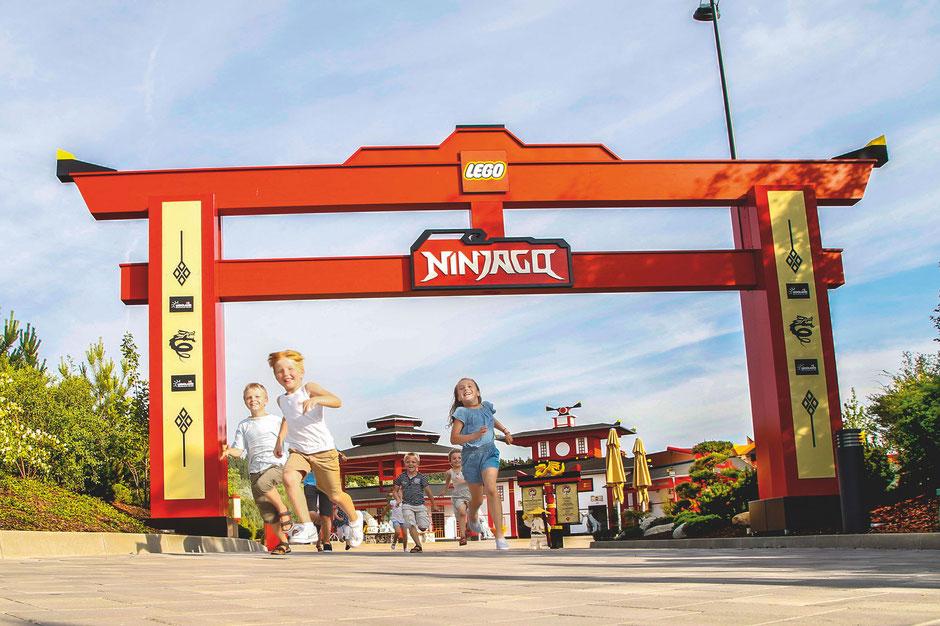Mit Lloyd's Spinjitzu Spinner wird die LEGO NINJAGO WORLD im LEGOLAND Deutschland um eine weitere packende Fahrattraktion reicher.
