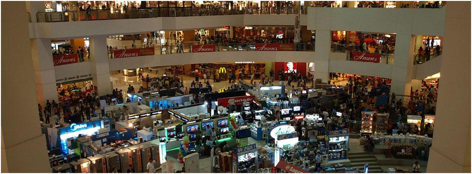 Shopping Mall | viele Leute die unüberlegt einkaufen | Überfluss | Schweiz | domiswindrad