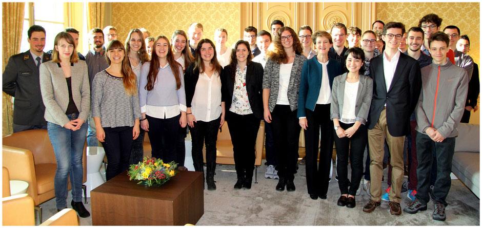 Preisträgerinnen und Preisträger des Nationalen Wettbewerbs 2015 bei der Bundespräseidentin Sommaruga