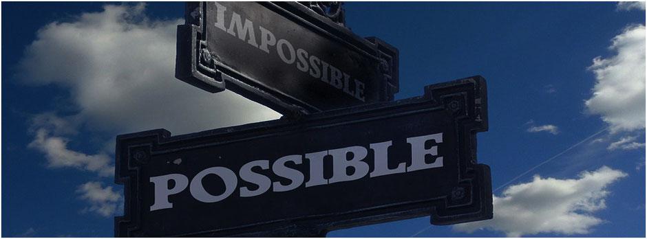 Strassenschild. Impossible Possible Alles ist möglich | Zusammen arbeiten | Theamwork