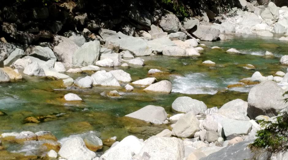 6 Stille und Reinheit - weisse Steine im Flussbett