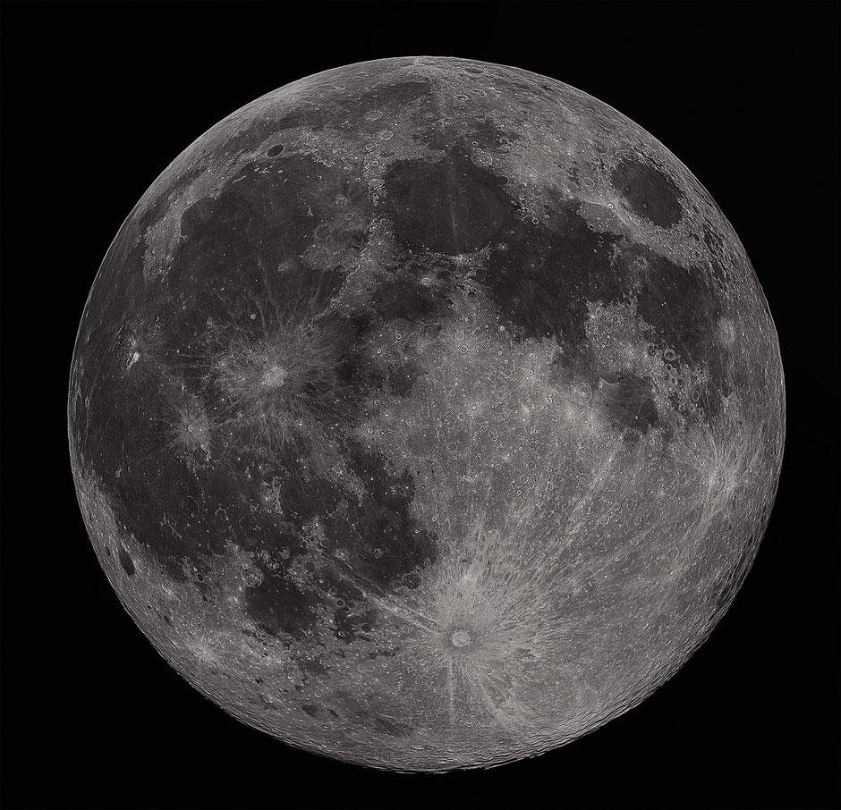 2020 IV 08-Pleine lune. Montage réalisé à partir de 8 images, résultat de la compilation de 8 vidéos de 1936 X 1216 pix./2500 images chacune à 42 i/s. Schmid-Cassegrain 203/2000mm, réducteur de focale 0,65X, caméra ZWO 174MM, filtre UV/IR cut & Wratten 25