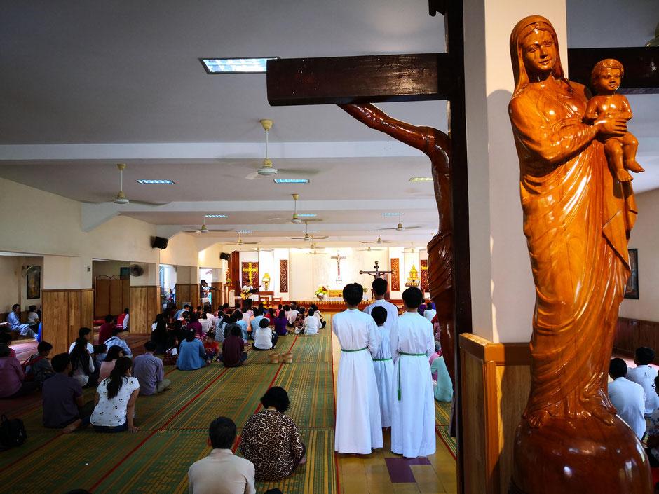 La messe commence... l'affluence en ce dimanche était assez faible, car en raison de la fête de Pchum Ben, tous les paroissiens originaires de province sont repartis dans leur famille.