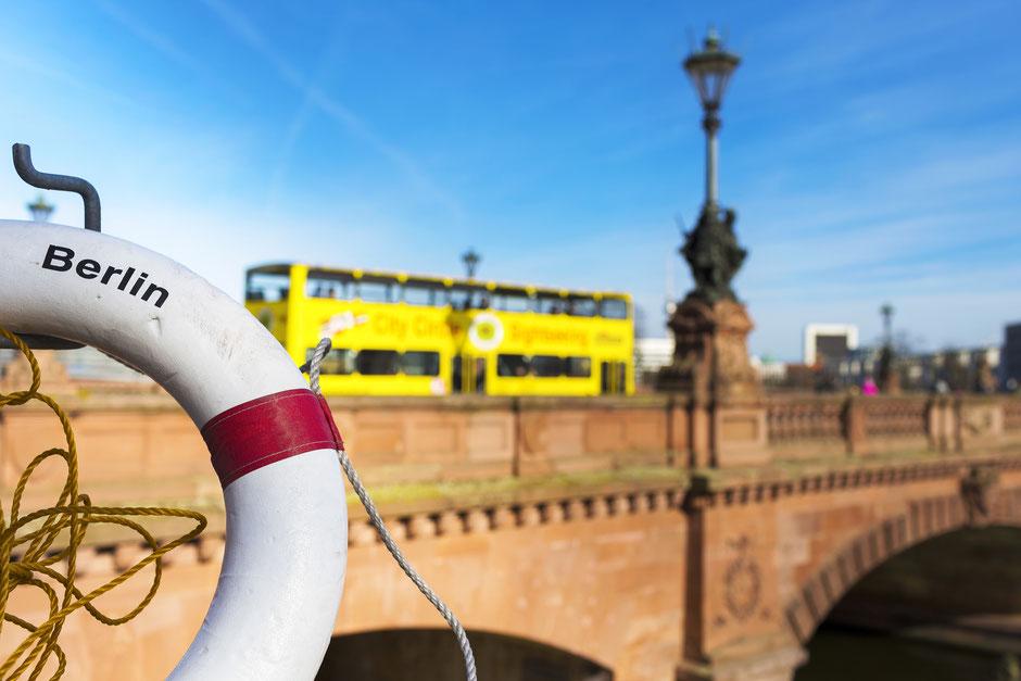 Berliner Schnauze Bustour Berliner Sightseeing Bus t tolle Berliner Aussicht auf Oberbaumbrücke, Spree Erlebnistour durch Berlin