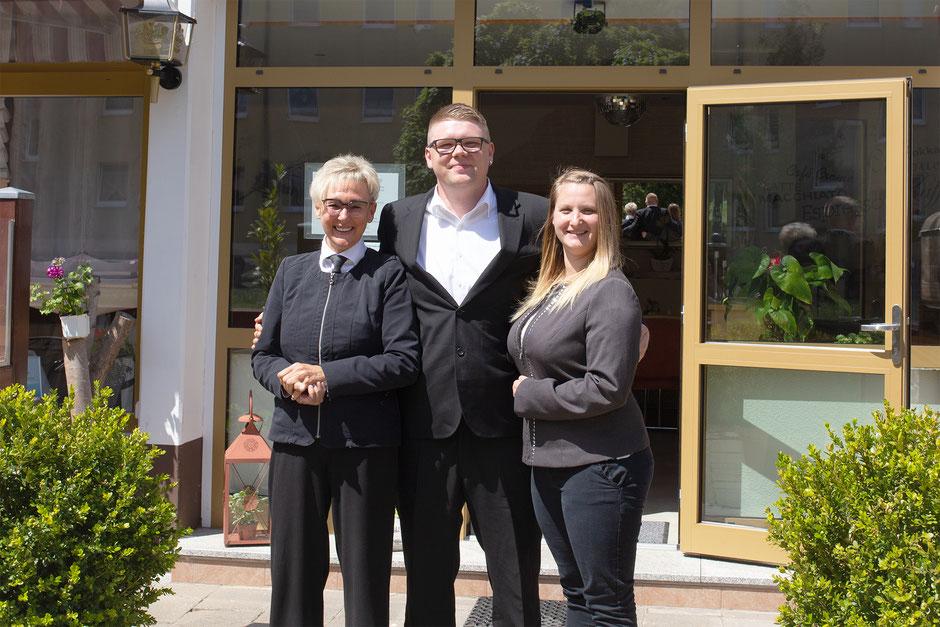 Altinhaberin Karin Rother und Neuinhaber Christopher Morgenstern mit Lebensgefährtin