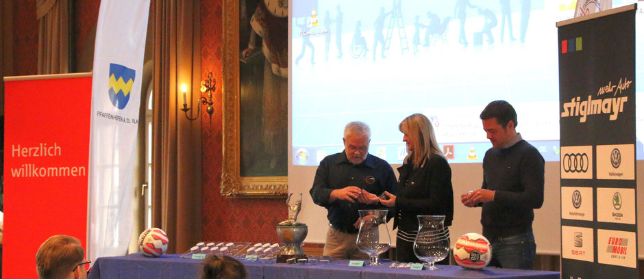 Fördervereinsvorstand Robert Schröder (Gesamtaufsicht der Auslosung) mit den Losfeen Martina Staud und Thomas Herker