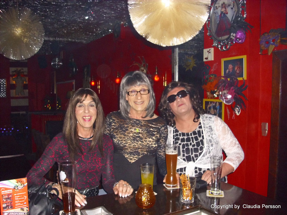 """Lena incognito im """"incognito"""". Nach so einem Mädelsabend braucht man schon mal eine Sonnenbrille an der Bar."""