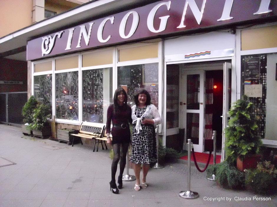 Darialena und Lina vorm Eingang der incognito Bar 2012.