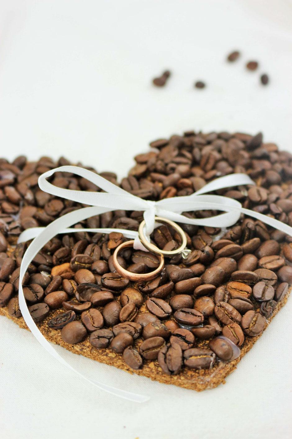 DIY Ringkissen aus Kork mit Kaffee. Ein Ringkissen für Eheringe. Basteln für die Hochzeit.