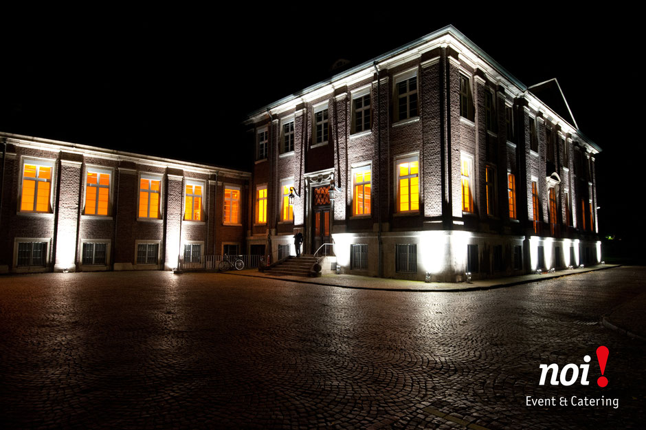 Das Monforts Quartier in Mönchengladbach wird mit meheren Scheinwerfen beläuchtet.