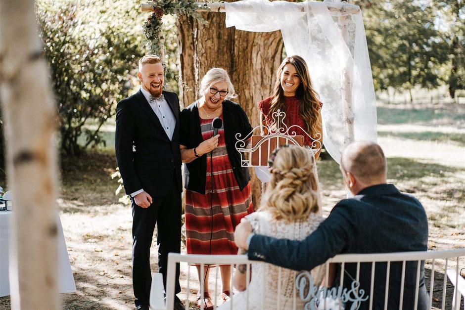 Die Mutter hält eine Elternrede für das Brautpaar.