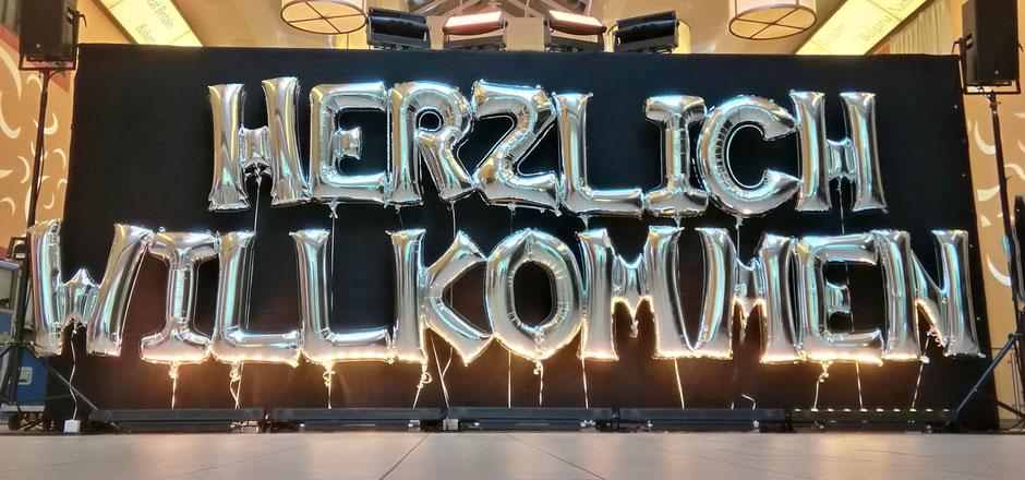 Firmenevents Firma Feier Event Party Herzlich willkommen Buchstaben Folienballon Ballon Luftballon Heliumballon Schriftzug Wort Jubiläum Gäste begrüßen Firmenlogo logo Name Deko Dekoration Ballondekoration