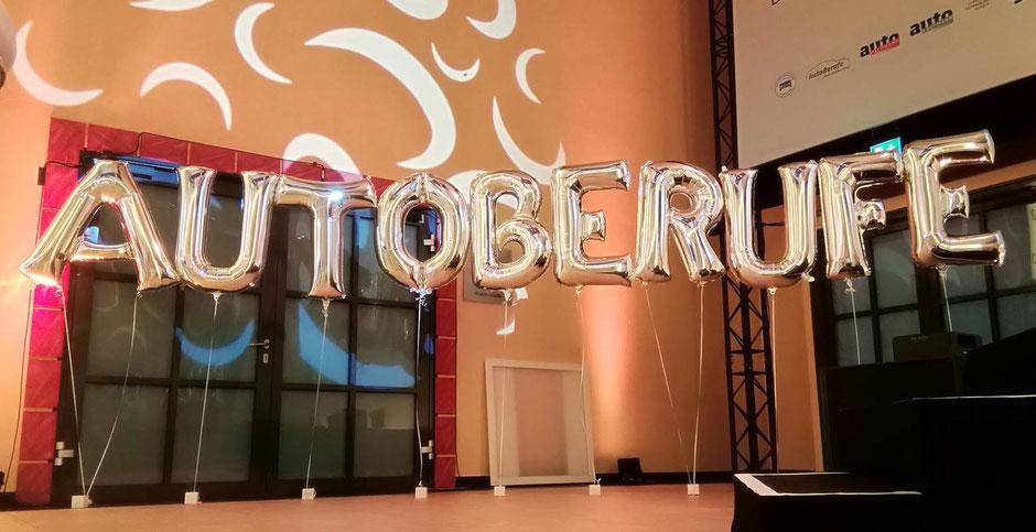 Firmenevents Firma Feier Event Party Herzlich willkommen Buchstaben Award Folienballon Ballon Luftballon Heliumballon Schriftzug Wort Jubiläum Gäste begrüßen Firmenlogo logo Name Deko Dekoration Ballondekoration