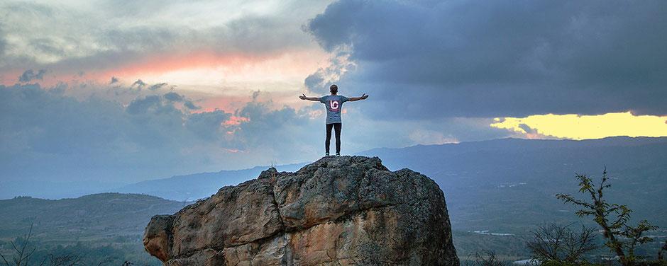 Person steht auf Felsen