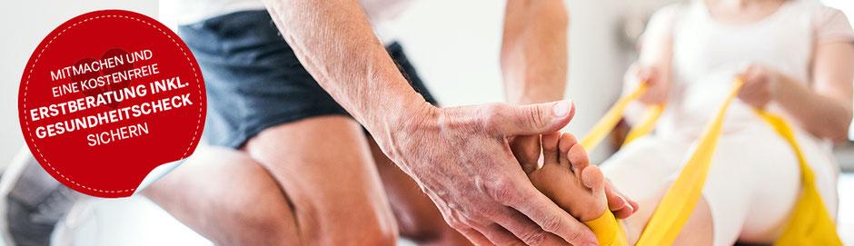Medizinisches Fitnesstraining - Trainerin unterstützt und begleitet Sportler beim Gerätetraining