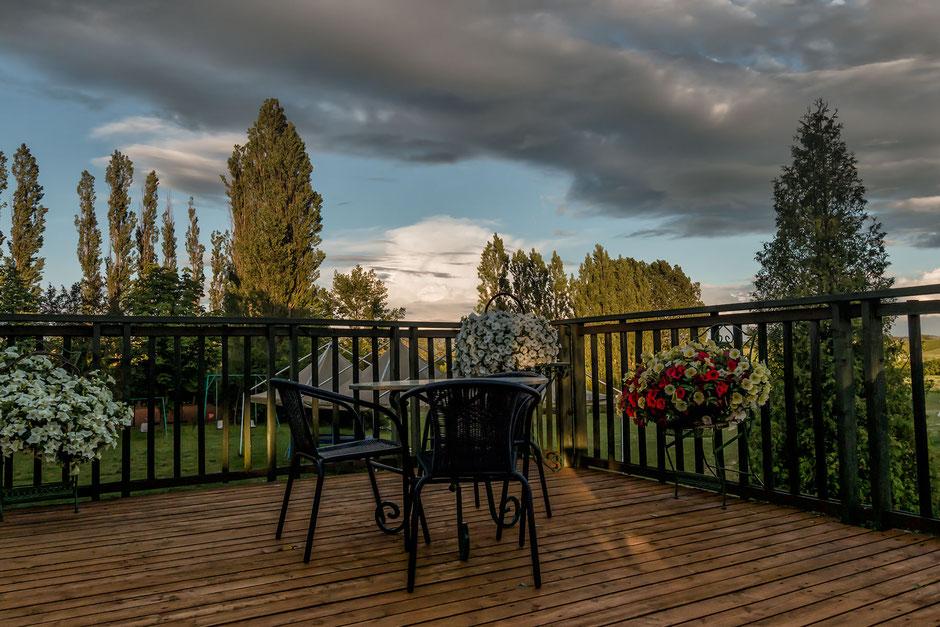 terrasse-in-schoener-landschaft