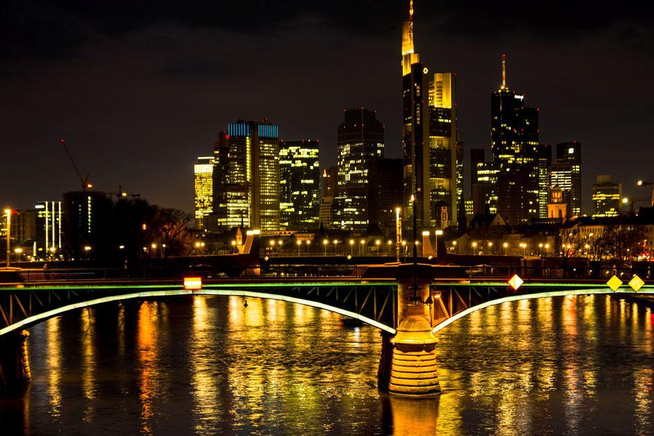 Frankfurt-am-Main-Skyline-beleuchtete Brücke