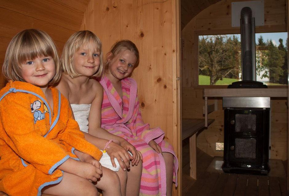 Drei Mädchen im Bademantel in der Fass- Sauna am Biobauernhof Stadler