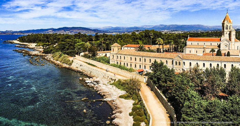 Kloster im Mittelmeer, Abtei auf Mittelmeerinsel, Lerins Abbey, Lerins, Zisterzienserkloster, Südfrankreich, Kloster an Cote d'Azur, schönes Bild Kloster mit Meer