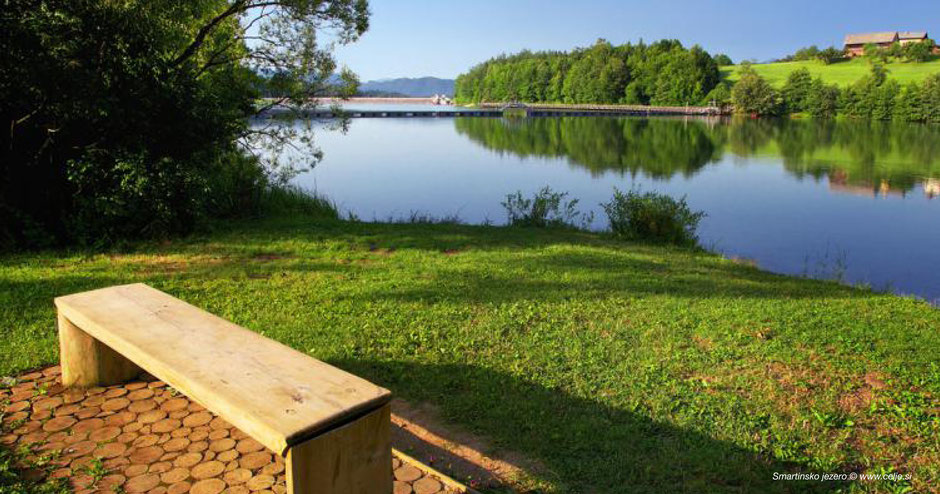 schöne Stimmung am See, Holzbank, Impression See, Grasufer am See, Spiegelung im See, reflection lake, Smartno Lake, Smartinsko See