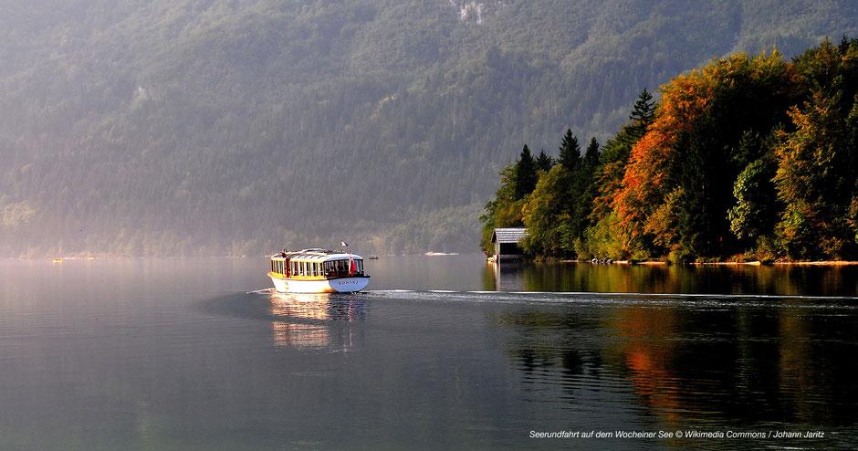 See im Triglav Nationalpark, Schiff fährt auf dem See, Boot fährt auf dem See, Herbststimmung am See, Wocheiner See, Bootsfahrt, kontrastreiches Bild See