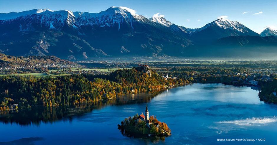 kristallklarer blauer See, See mit Insel, Bleder See, Bled jezero, Kirche im See, Kirche auf Insel mit See, See mit verschneiten Bergen, Oberkrainer See, Herbststimmung am See, Wald an Seeufer, See in Slowenien, schönster See in Slowenien, schönste Seen