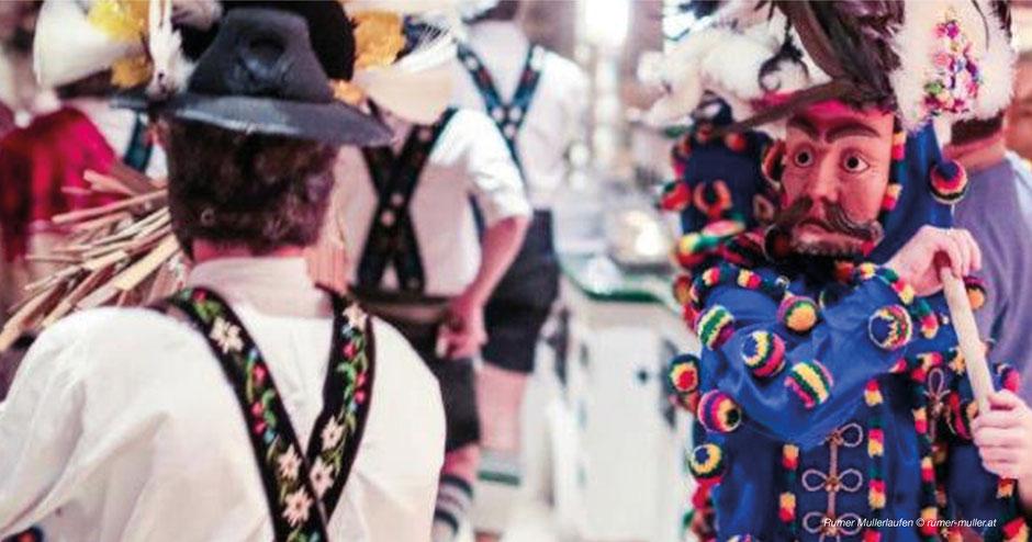 Rumer Muller, Muller, Rum, Thaur, Innsbruck, Marthadörfer, Brauchtum, Fasching, Fasnacht, Masken, Larven, Tradition, Tirol, Jauchzen, Lederhosen, Blaues Kostüm, kunstvolle Larven, Faschingstreiben Tirol, Westösterreich, Winter austreiben, Frühlingsbeginn