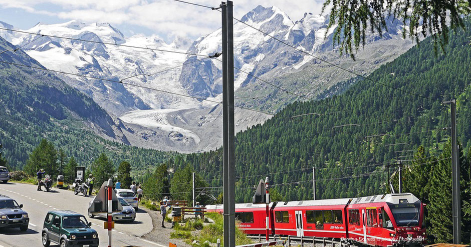 Bernina Express, Zug, Eisenbahn, Graubünden, Gletscher, Bernina, Piz Bernina, Piz Palü, Rhätische Bahn, Glacier Express, Bahnübergang, Roter Zug, Rote Bahn, Bahn und Berg, Eisenbahn und Gletscher, Fotospot, Morteratsch, Puschlav, Alpe Grüm, Tirano, Chur