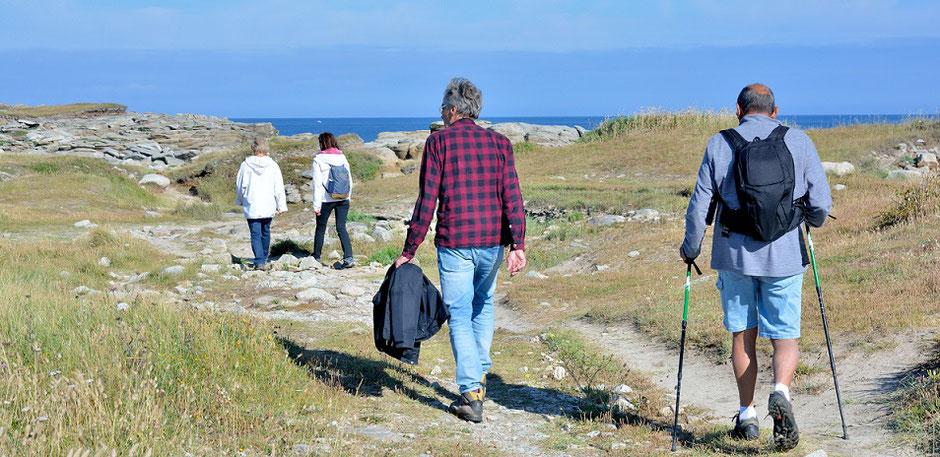 Urlauber wandern gut geschützt mit einer Reiserücktritts- und Reiseabbruch-Versicherung mit Corona-Zusatz-Versicherung