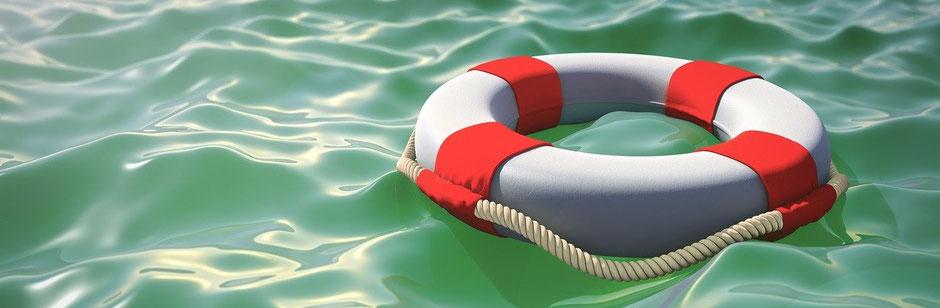 Jahres-Reiseversicherungen - Ein Rettungsring schwimmt auf dem Wasser