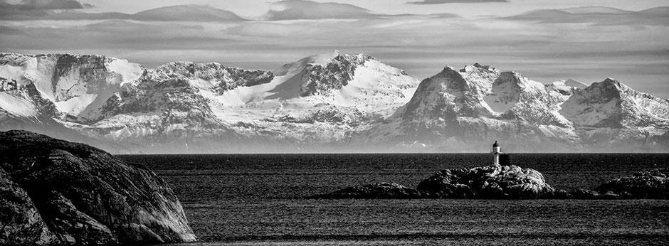 Gedrehte Ansicht - Blick von den Lofoten aus auf das norwegische Festland