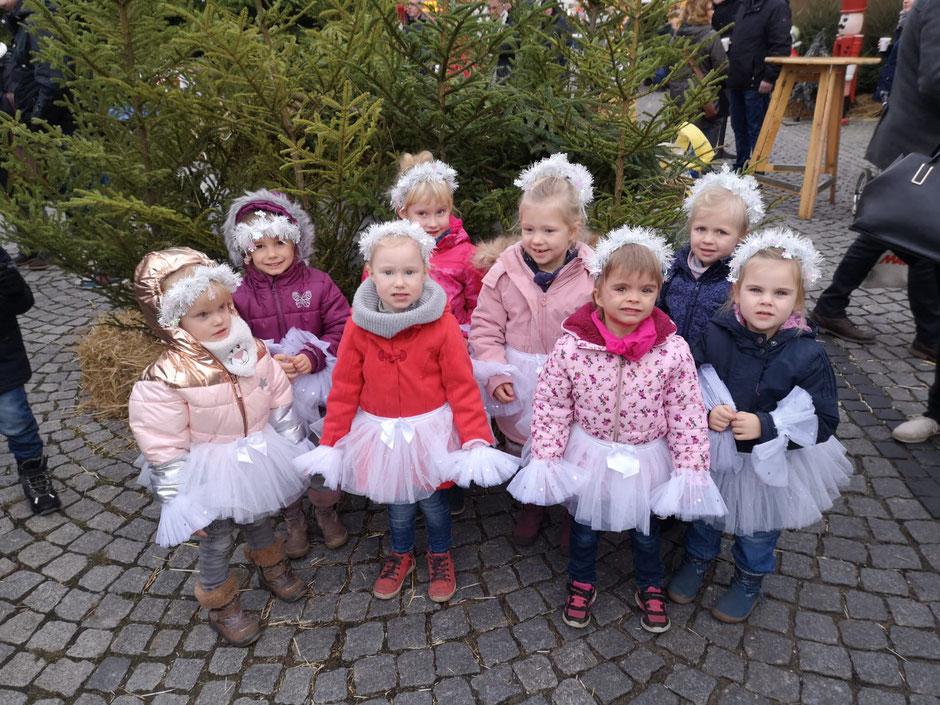 Diese kleinen Mäuse hatten ihren ersten Auftritt auf dem Weihnachtsmarkt in Hagenow. Wir denken ihre Mütter waren ebenso aufgeregt wie sie :)