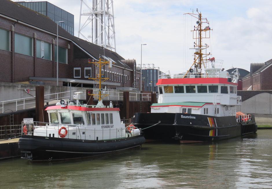 Das Flachwasserpeilschiff Stickers Gat und der Tonnenleger Baumrönne im Hafen des WSA Cuxhaven