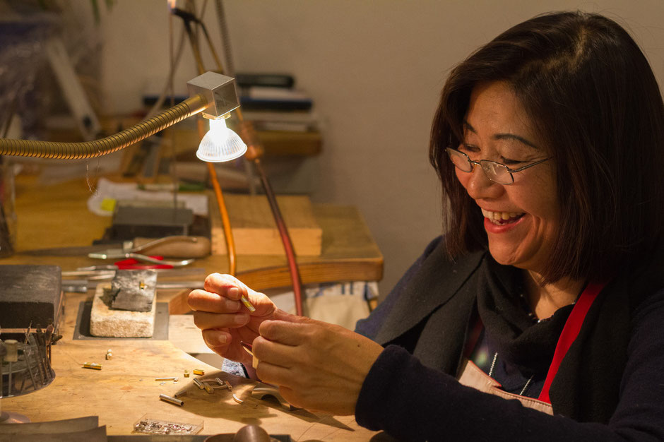 Bild: Goldschmiedin Young-Sun Kim-Schnupp stellt Manschettenknöpfe für Morent Exclusive Accessoires her